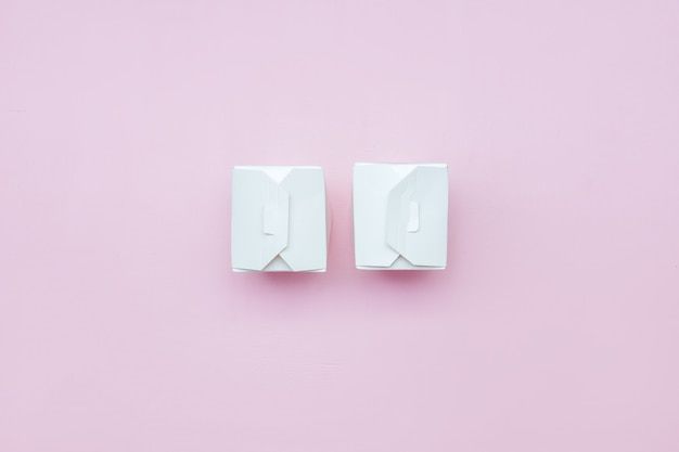 Alimento asportabile bianco di due scatole di carta sulla scatola rosa della carta bianca del fondo con il percorso di ritaglio