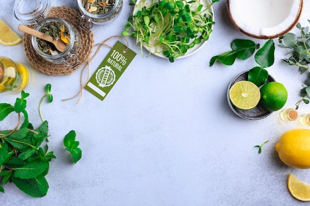 Alimento biologico fresco per alimento sano che cucina sulla vista superiore di pietra leggera