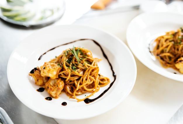 Alimento che disegna il primo piano del piatto degli spaghetti