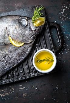 Alimento con reineta crudo di pesce fresco, erbe aromatiche, olio d'oliva e limone. vista dall'alto