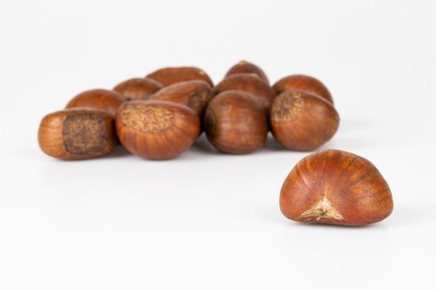 Alimento di autunno delle castagne su bianco