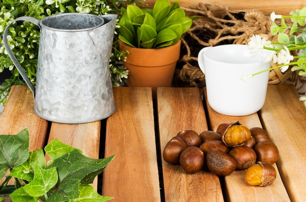 Alimento di autunno delle castagne su una tavola di legno