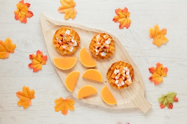Alimento di autunno di vista superiore con fondo di legno