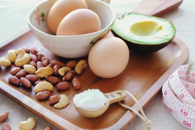 Alimento di dieta di cheto sul vassoio di legno