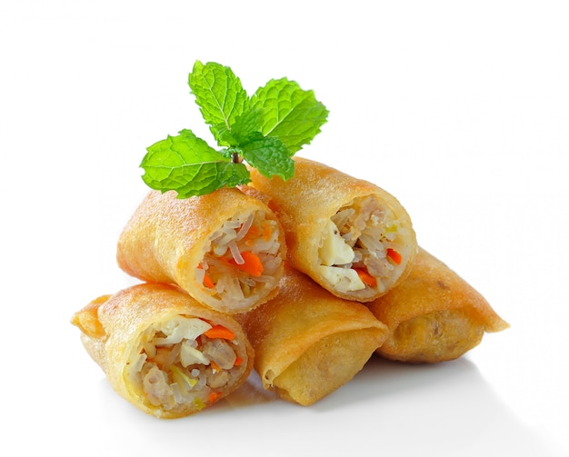 Alimento di fried chinese traditional spring rolls isolato su bianco