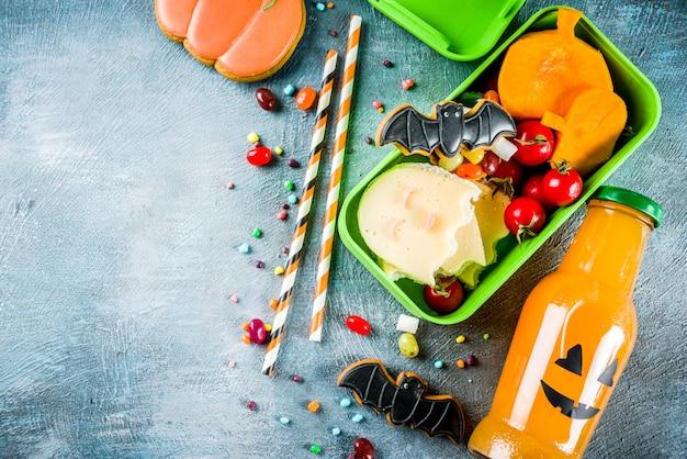 Alimento di halloween, scatola del pranzo di scuola con la bottiglia della bevanda della zucca