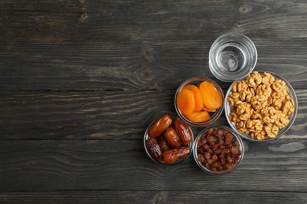 Alimento di ramadan kareem sulla tavola di legno