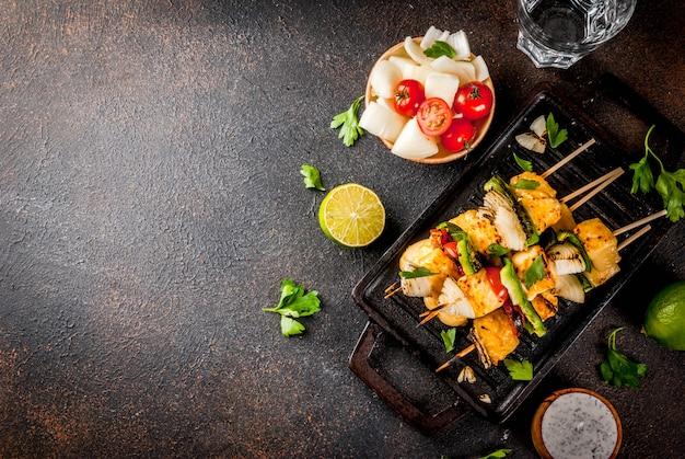 Alimento dietetico vegano, kebab di formaggio e verdure grigliato, paneer tikka in stile indiano