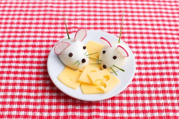 Alimento divertente per i bambini - spuntino duro dei topi dell'uovo sodo sul piatto