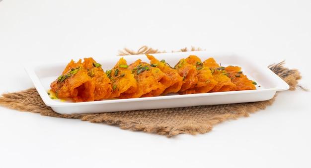 Alimento dolce indiano malpua su bianco