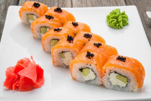 Alimento e rotoli di sushi tradizionali giapponesi con frutti di mare freschi