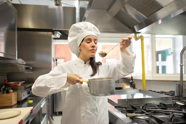 Alimento femminile del cuoco unico