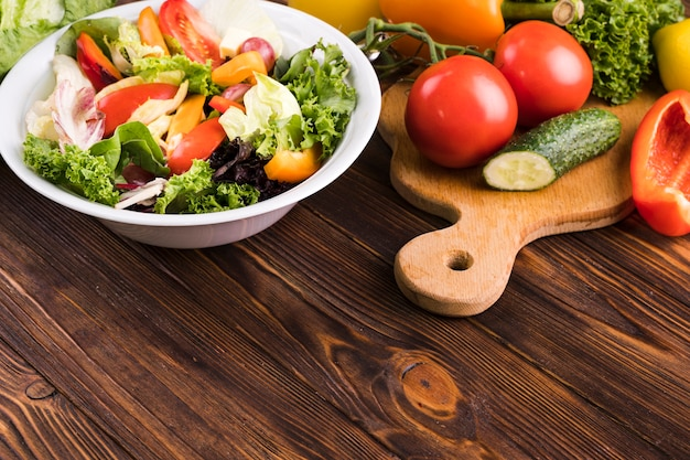 Alimento fresco delizioso di alta vista su fondo di legno