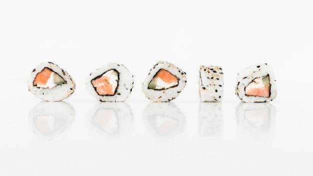 Alimento giapponese dei rotoli di sushi su fondo bianco