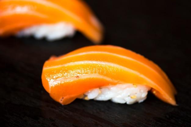 Alimento giapponese dei sushi di color salmone sano