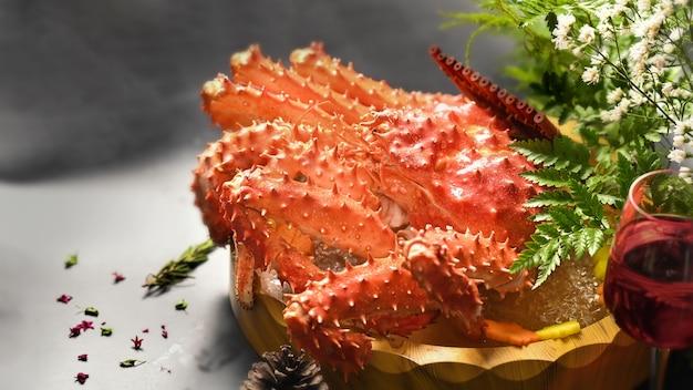 Alimento giapponese di granchio di taraba o re granchio rosso, fuoco selettivo.