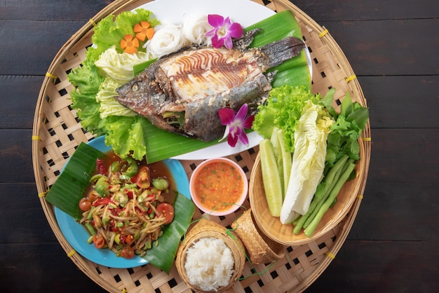 Alimento isan tailandese misto sulla tavola nera