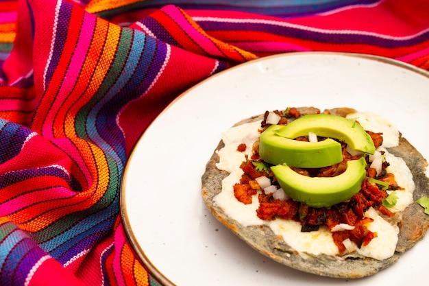 Alimento messicano del primo piano con l'avocado