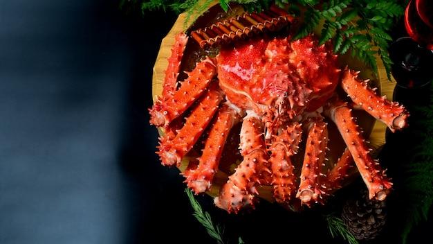 Alimento rosso di re crab japanese sulla tavola nera, fuoco selettivo.