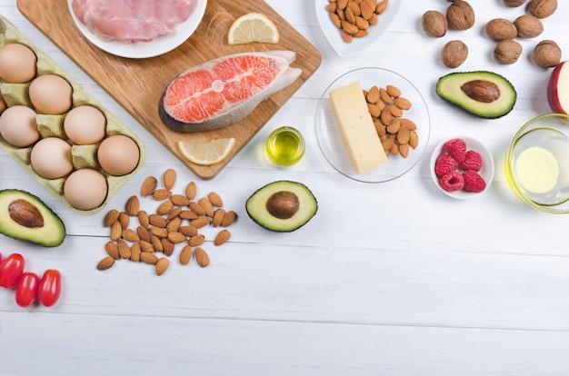 Alimento sano del basso contenuto di carboidrati sulla tavola bianca. dieta keto