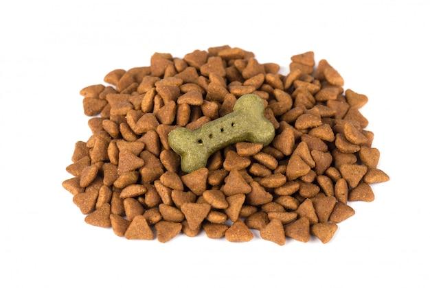 Alimento secco per cane e gatto, isolato su spazio bianco