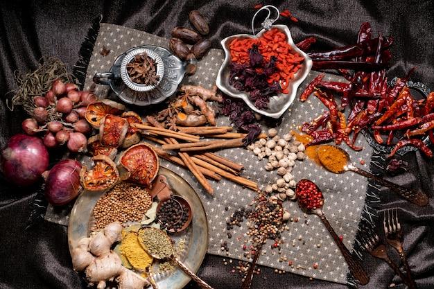 Alimento speziato con aroma di erbe aromatiche.