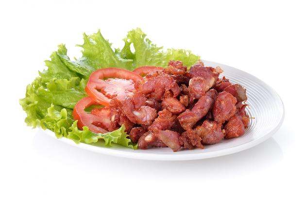 Alimento tailandese carne di maiale e verdura in padella su fondo bianco