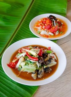 Alimento tailandese, insalata piccante della papaia.