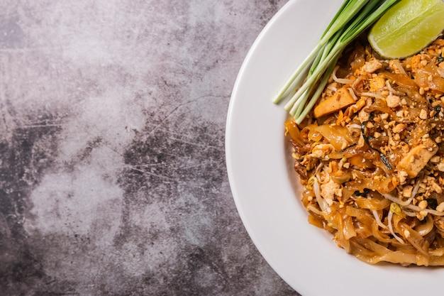 Alimento tailandese, padthai della tagliatella nel piatto