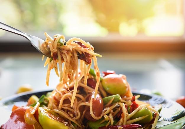 Alimento tailandese piccante dell'insalata verde della papaia sul tavolo