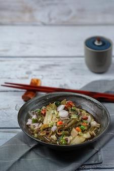 Alimento tailandese salato dell'insalata della senape marinata.