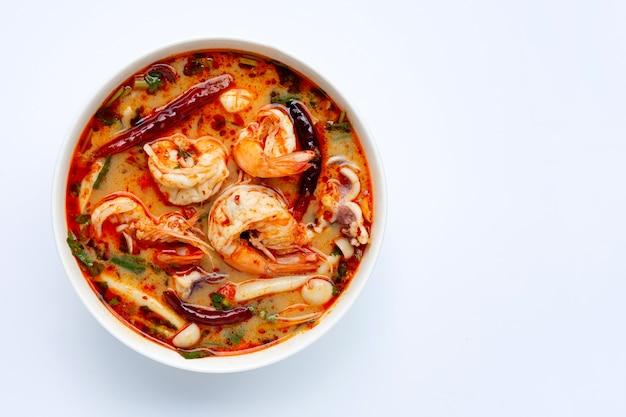Alimento tailandese, tom yam kung in ciotola bianca su fondo bianco.