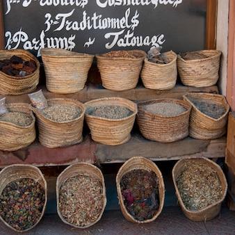 Alimento tradizionale da vendere alla stalla del mercato, medina, marrakesh, marocco