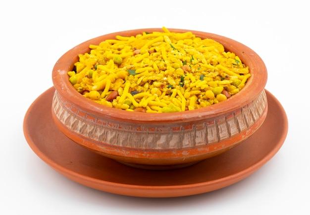 Alimento tradizionale indiano di namkeen su bianco