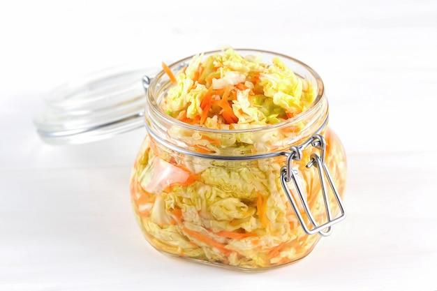 Alimento vegetariano probiotico conservato fermentato: cavolo in barattoli di vetro