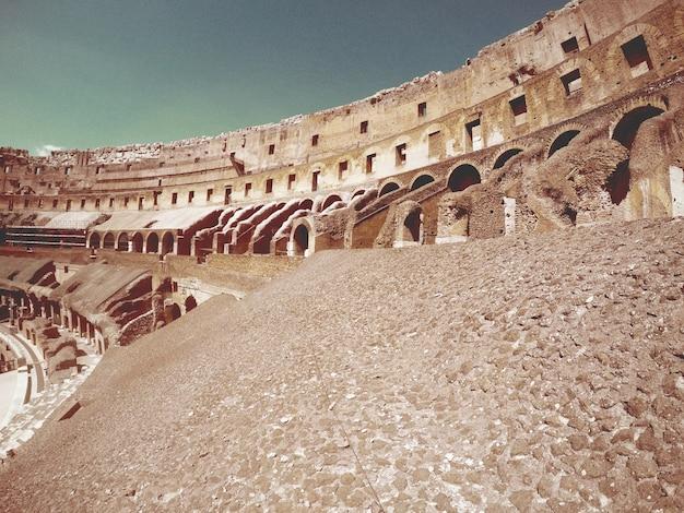All'interno del colosseo romano su una ringhiera