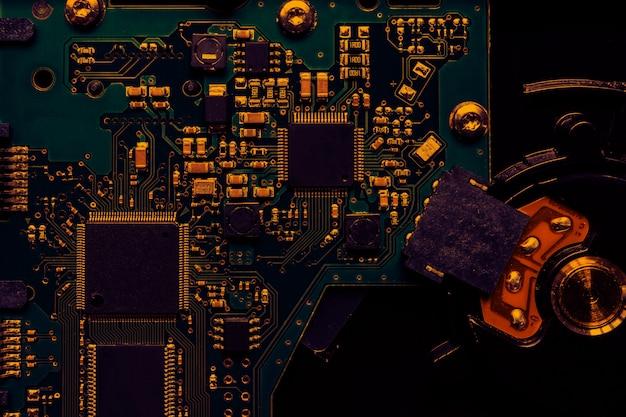 All'interno del computer, componenti e circuiti della scheda madre dell'hardware