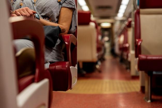 All'interno del vagone del treno con sfondo sfocato