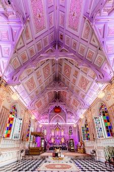All'interno della chiesa con bel soffitto in thailandia