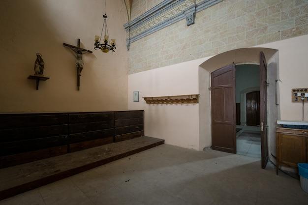 All'interno di una chiesa abbandonata