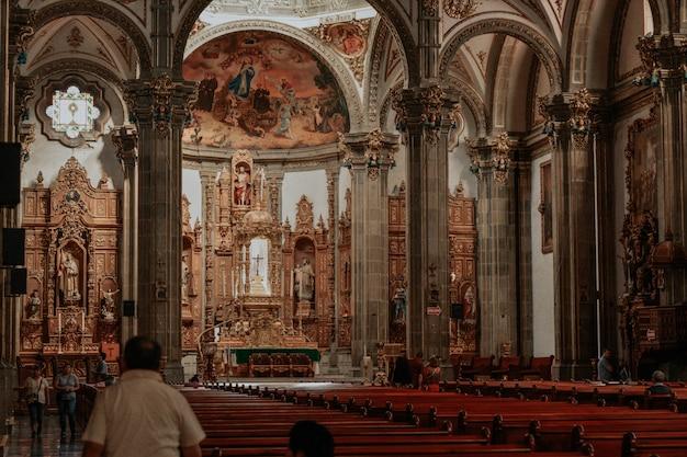 All'interno di una chiesa cattolica in messico