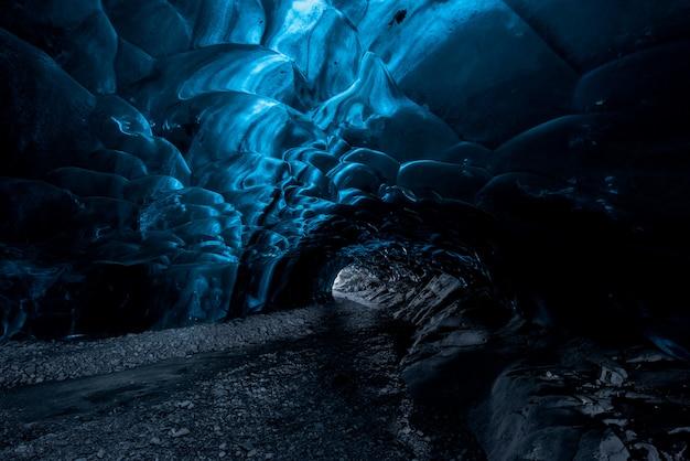 All'interno di una grotta di ghiaccio in islanda