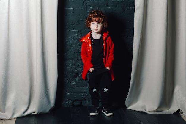 Alla moda bambino ragazzo in posa con le mani in tasca
