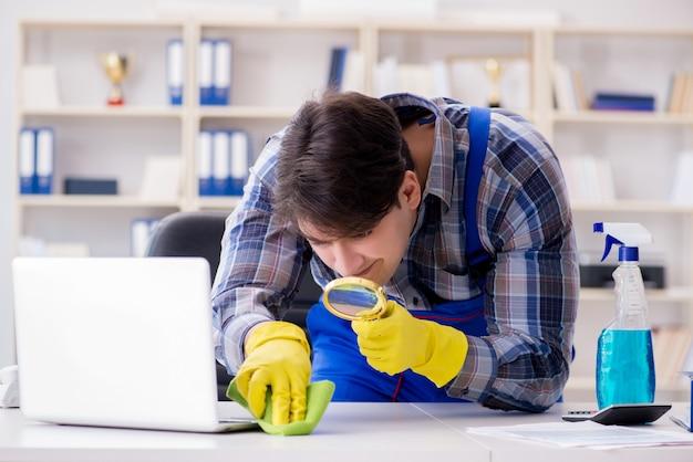 Alla ricerca di polvere con la lente d'ingrandimento