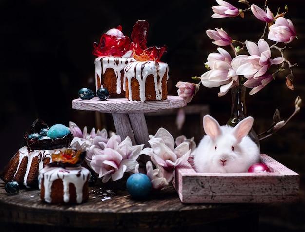 Alla vigilia di pasqua, torte pasquali appena sfornate decorate con vasi di caramello e uova di pasqua.