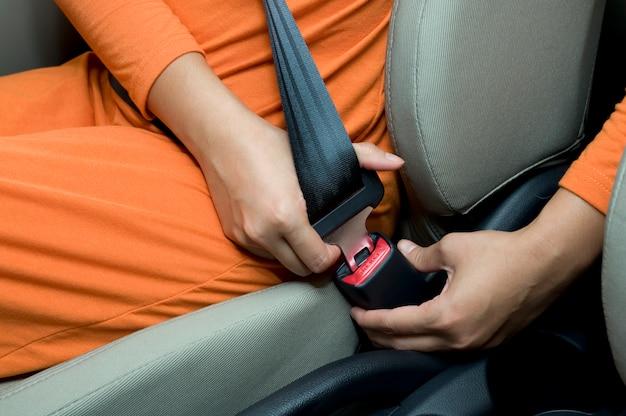 Allacciare la cintura di sicurezza