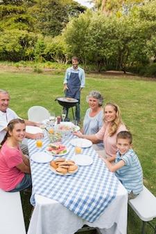 Allegra famiglia allargata con un barbecue