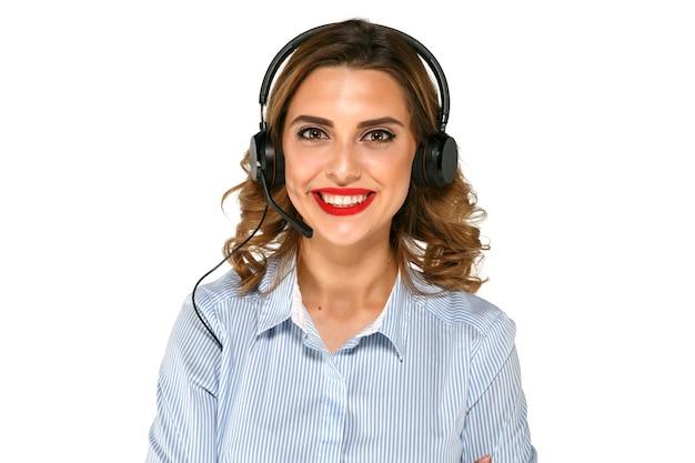 Allegra ragazza brillante con auricolare, bel sorriso, labbra rosse, camicia blu