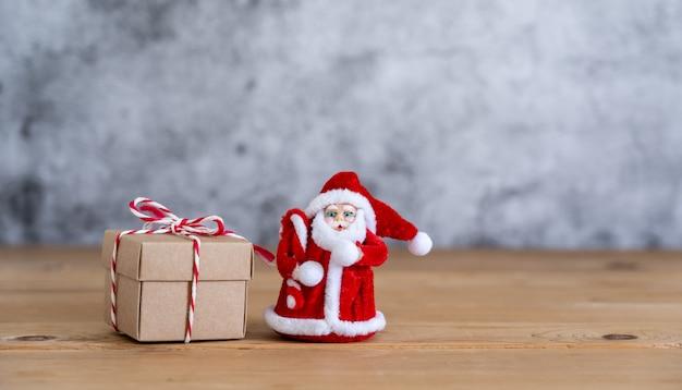 Allegre decorazioni natalizie. confezione regalo con oggetto bambola di babbo natale