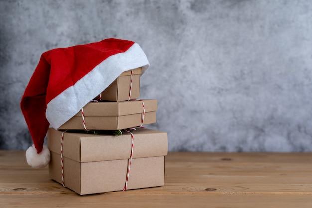 Allegre decorazioni natalizie. confezione regalo con oggetto cappello di babbo natale